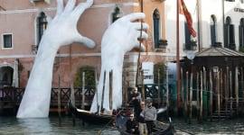 Foto El potente mensaje que esconden las gigantescas manos del Gran Canal de Venecia